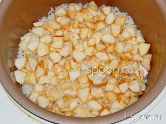 молочная рисовая каша с яблоками