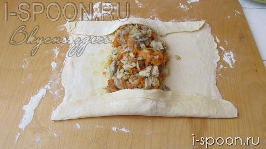 пирог из слоеного теста с рыбными консервами